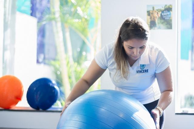 Fisioterapeuta Vincere preparando a aula de Pilates