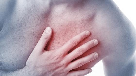 Homem sinalizando dor no peito