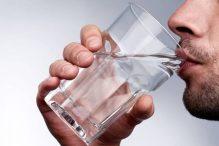 Homem tomando água